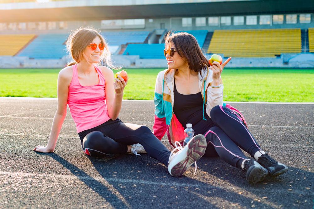 madre e hija haciendo deporte mejorando su autoestima de paso
